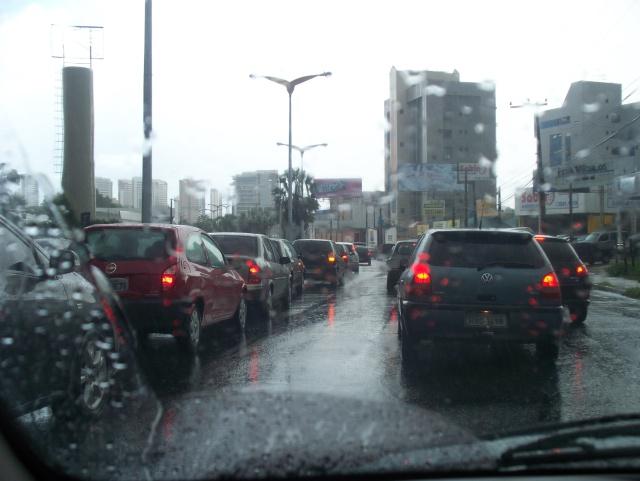 Fortalezenses são surpreendidos com chuva na madrugada desta quarta-feira