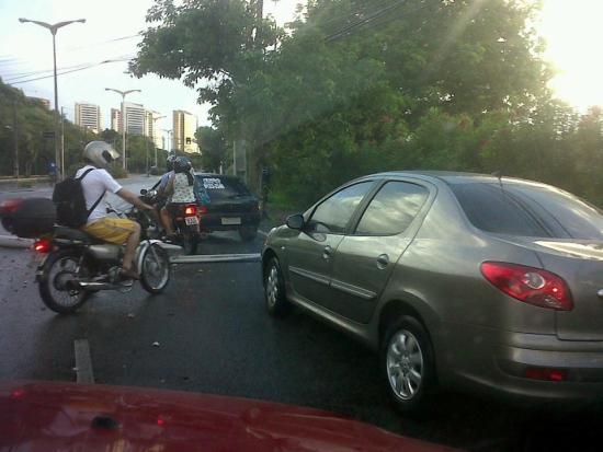 Colisão de carro com poste dificulta passagem de veículos na Engenheiro Santana Júnior