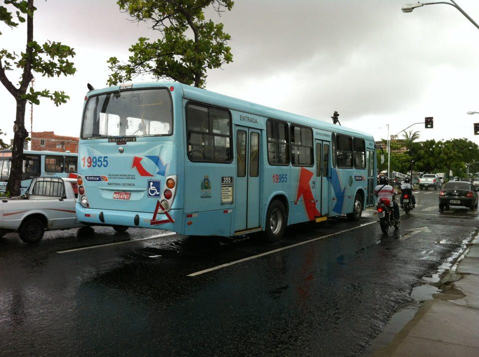 Ônibus circular normalmente em Fortaleza nesta segunda