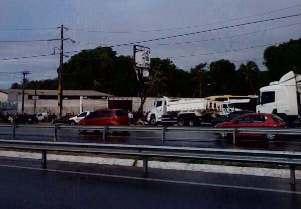 Colisão de veículo com poste causa congestionamento em Messejana