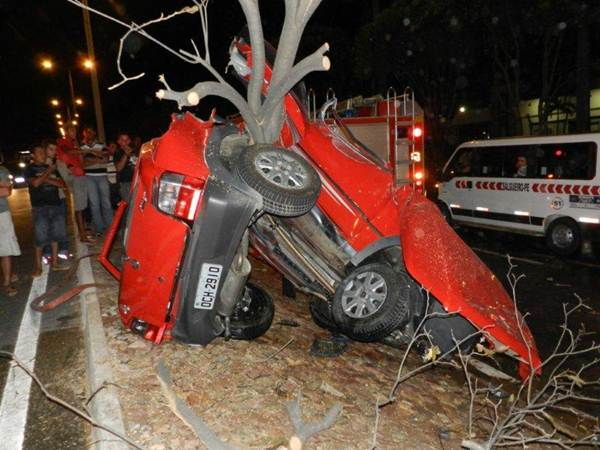 Um carro partiu ao meio após acidente registrado entre os municípios de Juazeiro e Barbalha, na Região do Cariri