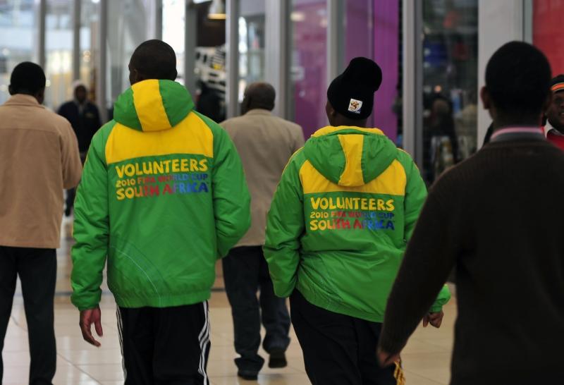 Johannesburgo- Voluntários na Copa do Mundo de 2010, na África do Sul mais de 15 mil foram abertas para atuar nas áreas de transporte, mídia e segurança, entre outras.O número de voluntários será o mesmo da Alemanha 2006 – ou seja: 15 mil. Para aquela Copa, os organizadores receberam 50 mil pedidos de 168 países, entre eles, o Brasil.