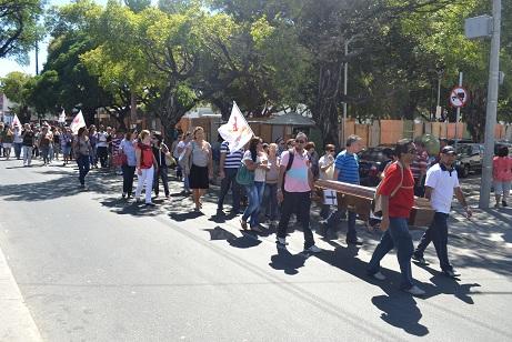 Os servidores da saúde de nível médio realizaram manifestação na manhã desta quarta-feira (29) no Hospital Geral de Fortaleza (HGF)