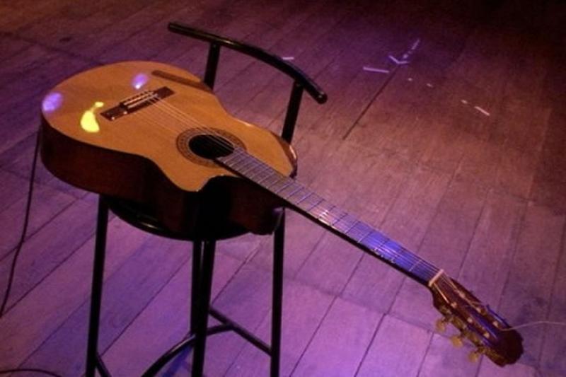 Quem nunca foi a um restaurante ou barzinho onde havia música ao vivo e foi surpreendido com o couvert artístico?