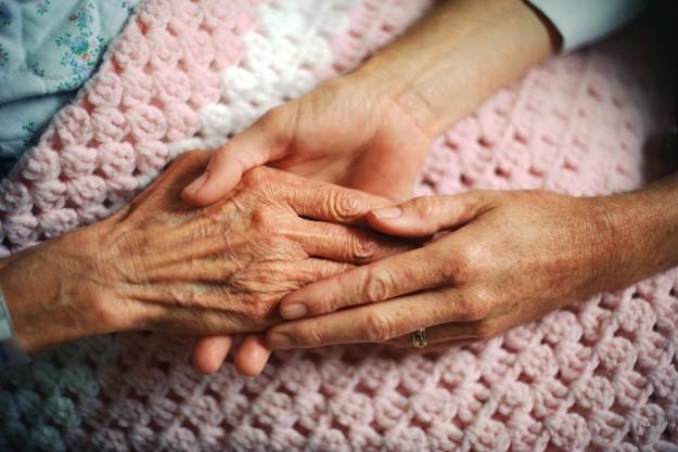 Os cuidados com uma pessoa que tem Doença de Alzheimer são tarefas difíceis e desgastantes para os membros da família