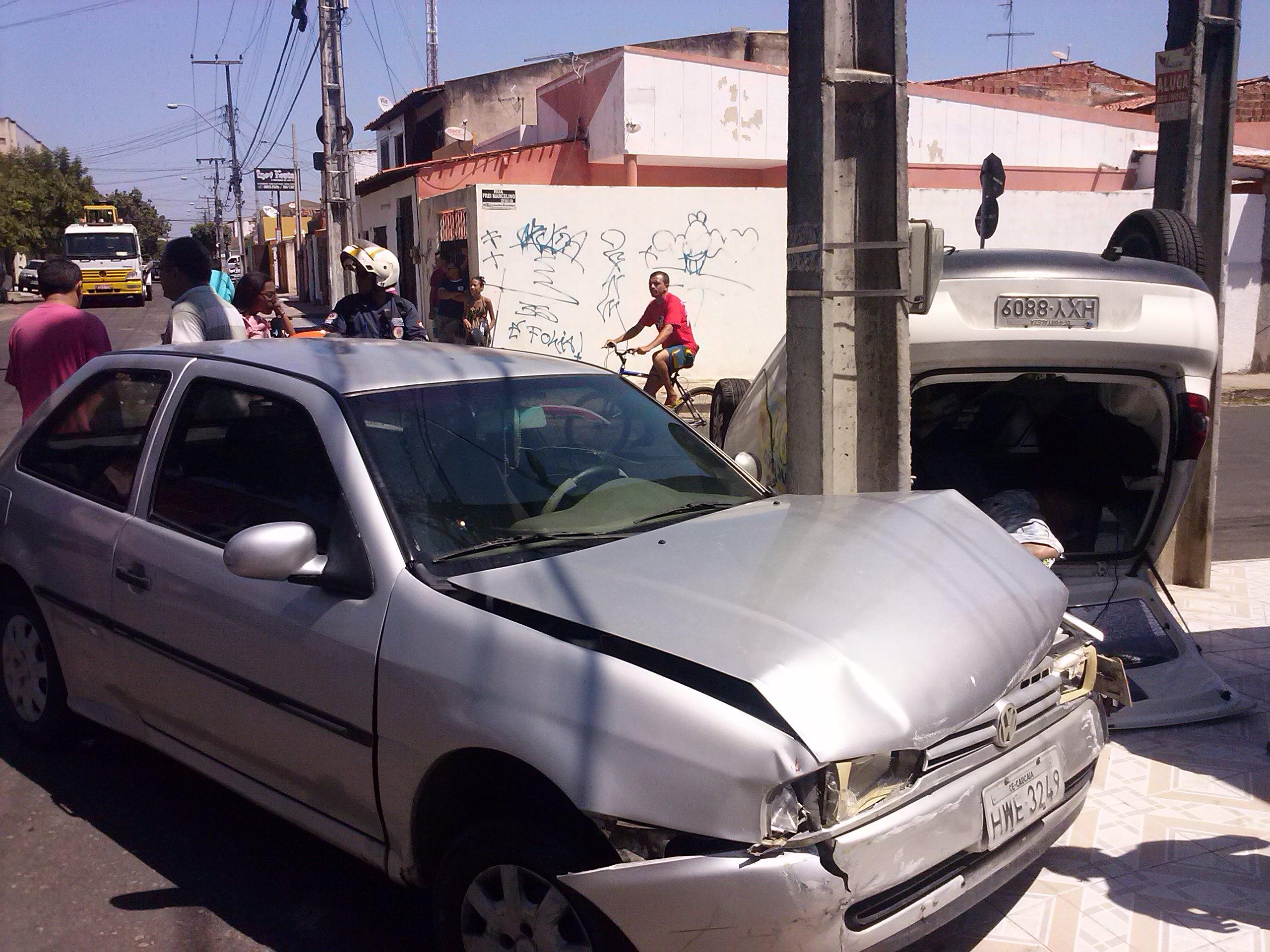 Um carro capotou após colidir com outro veículo na tarde desta quarta-feira (3), no Parque Araxá, em Fortaleza. De acordo com testemunhas, o acidente foi registrado no cruzamento das Ruas Frei Marcelino com Padre Cícero. Equipes do Serviço de Atendimento Móvel de Urgência (Samu) foram acionadas. Ninguém ficou ferido. Um dos carros capotou e subiu a calçada de uma casa. Os moradores e motoristas reclamam da falta de sinalização horizontal da via