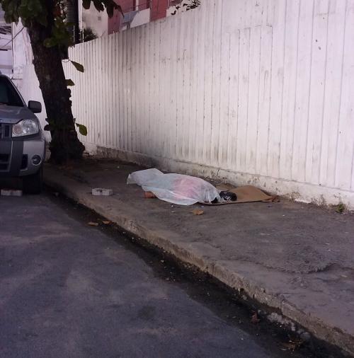 Um morador de rua foi morto a pedradas na manhã desta sexta-feira (5), no Bairro Meireles, em Fortaleza
