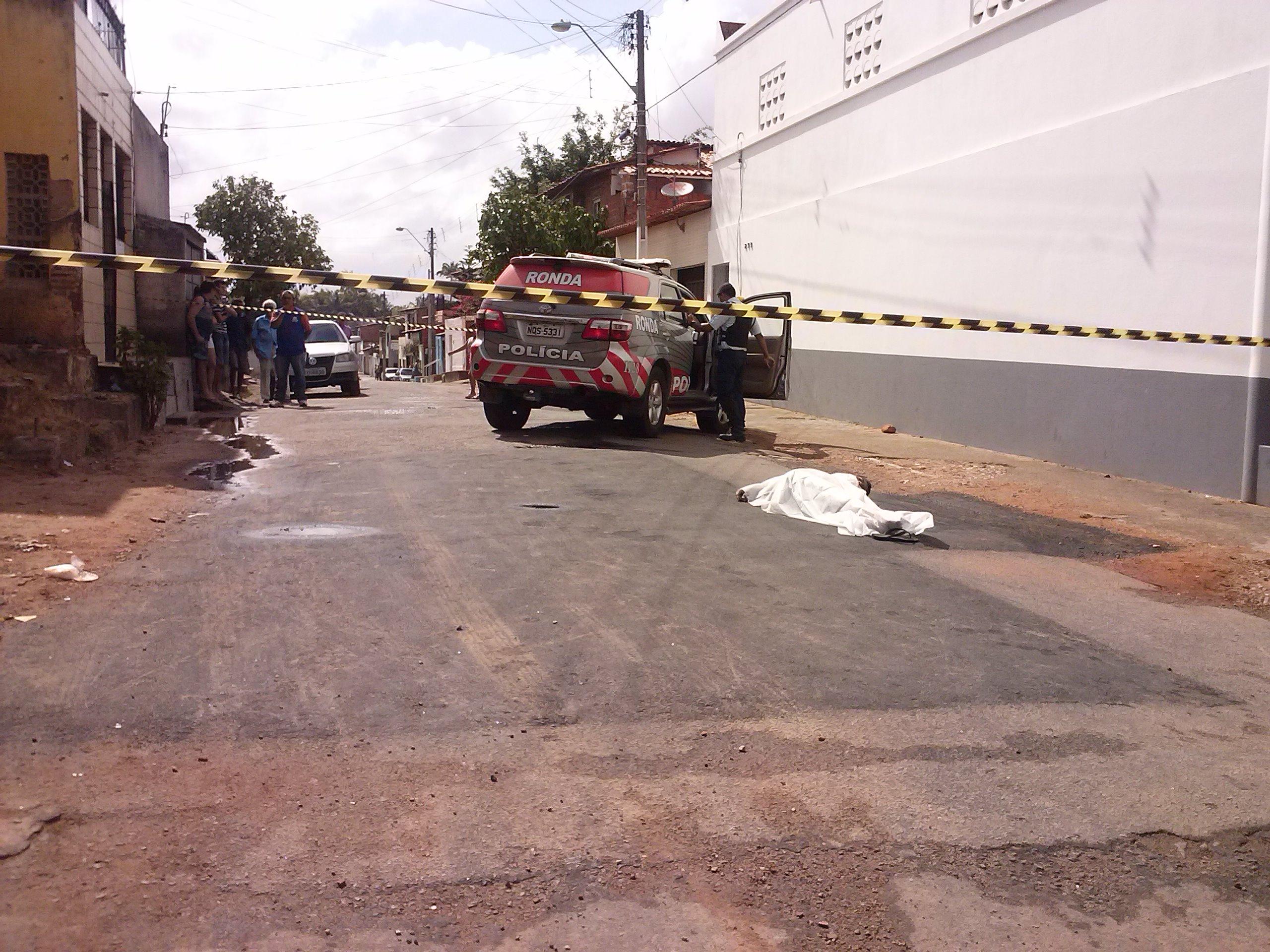 """Um homem, identificado como """"Neguinho"""", foi assassinado a balas na manhã desta quinta-feira (25)"""