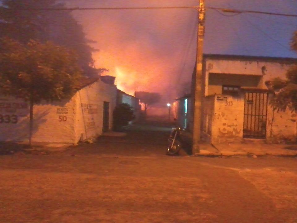 Um incêndio atingiu, no fim da tarde desta quinta-feira (15), um terreno baldio no Bairro Rodolfo Teófilo, em Fortaleza