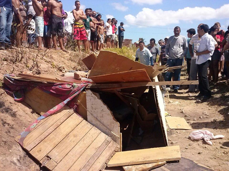 Um homem foi encontrado morto em uma moradia improvisada na manhã desta sexta-feira (23), na divisa entre Fortaleza e Caucaia, Região Metropolitana