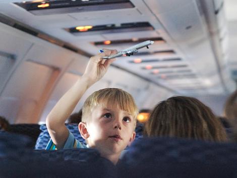 As férias estão chegando. Esta época do ano é uma oportunidade para as crianças viajarem com o objetivo de visitar os avós, primos distantes ou conhecer outras regiões