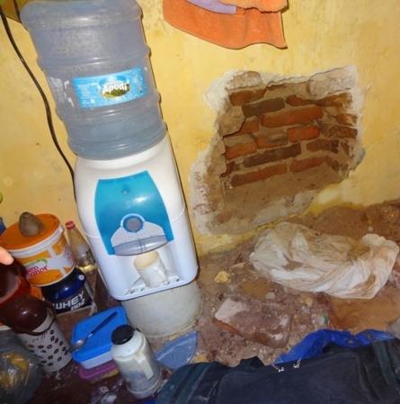 Um preso foi flagrado abrindo um buraco na parede da cela para tentar fugir da delegacia de Alto Santo, a 230 quilômetros de Fortaleza. A ação ocorreu nesta quarta-feira (5)