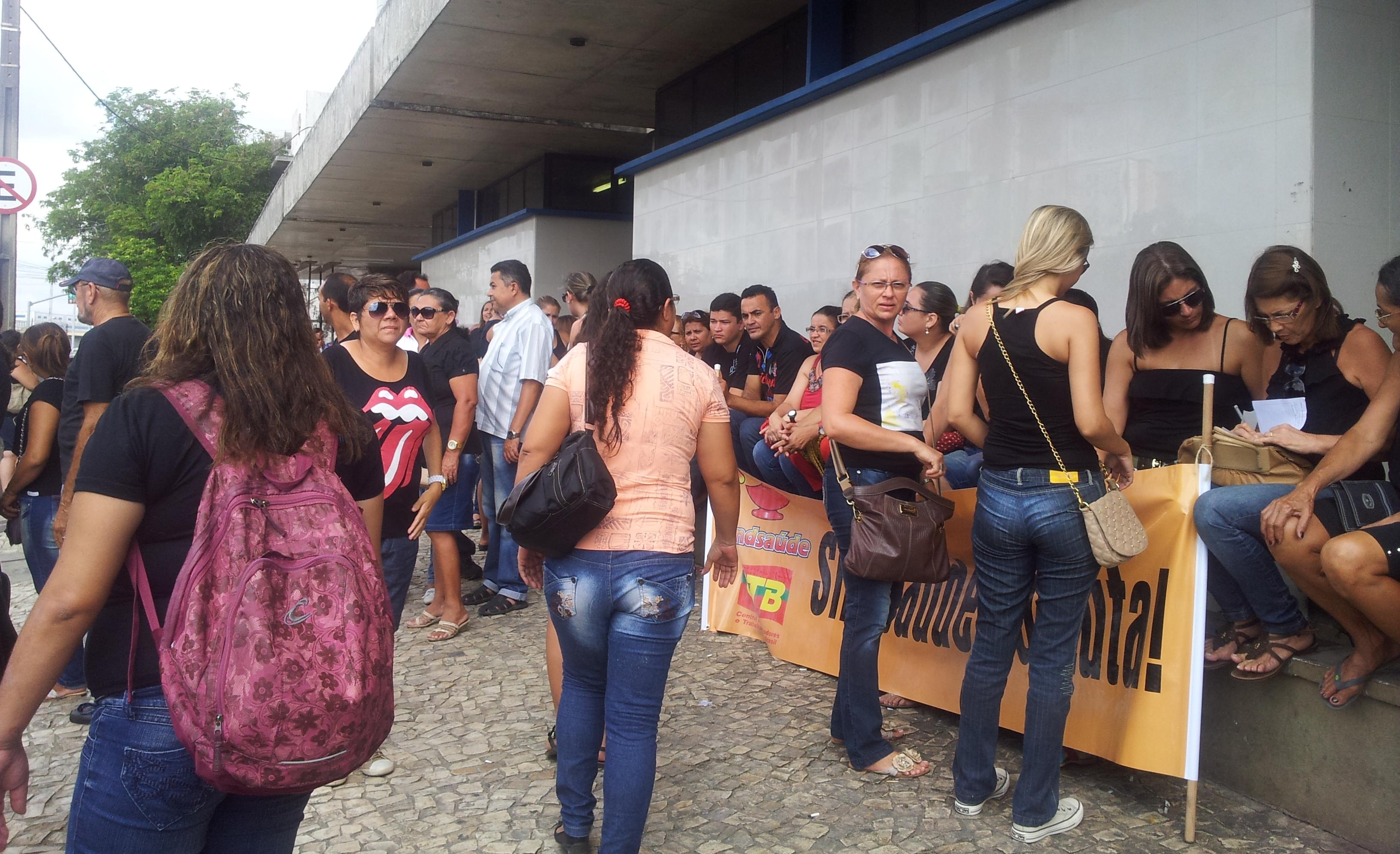Mais de 20 mil terceirizados da saúde de Fortaleza vão entrar em greve na próxima sexta-feira (14). A decisão foi tomada em assembleia realizada na manhã desta terça-feira (11),