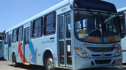 O início da manhã desta sexta-feira (25) foi de muita espera por ônibus em Fortaleza.