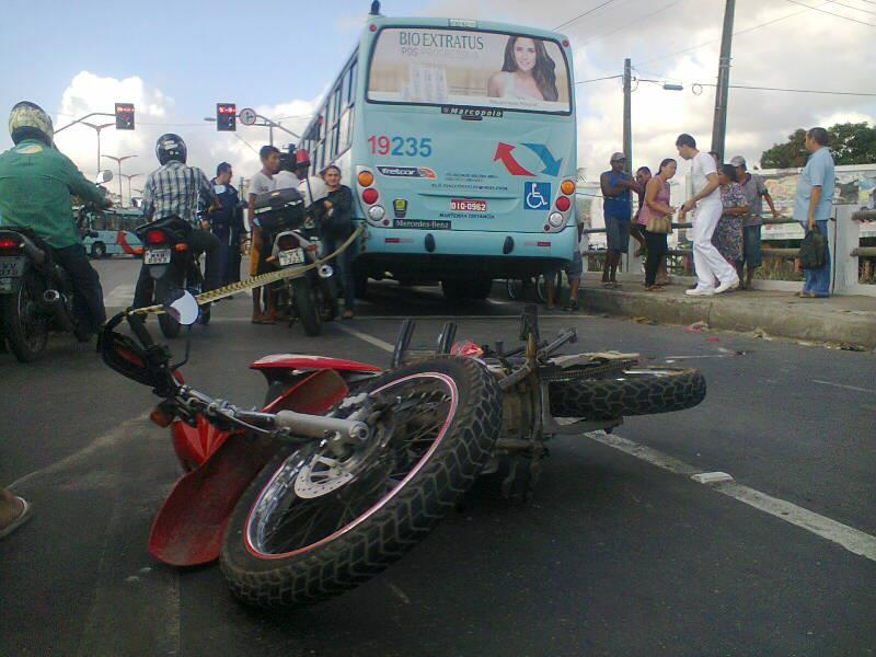 Um acidente envolvendo três veículos resultou na morte do motociclista na manhã desta quinta-feira (31), no Bairro Siqueira, em Fortaleza.