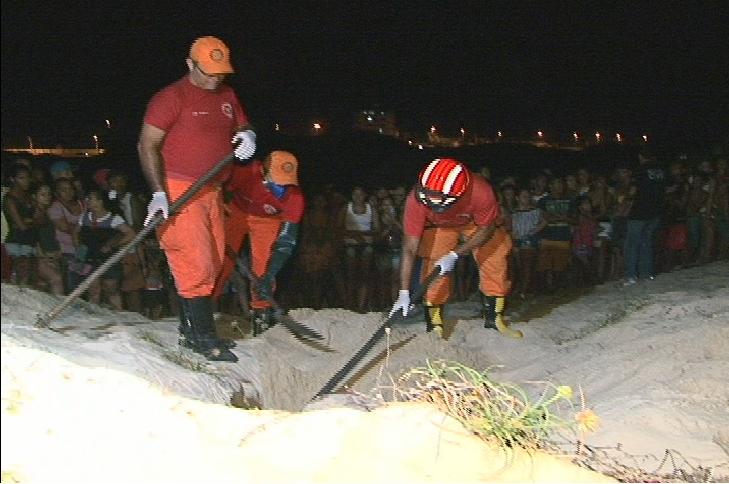 """O corpo de uma jovem foi encontrado enterrado na noite desta segunda-feira (11), na Praia do Futuro, em um local conhecido como """"Morro da Morte"""", em Fortaleza."""