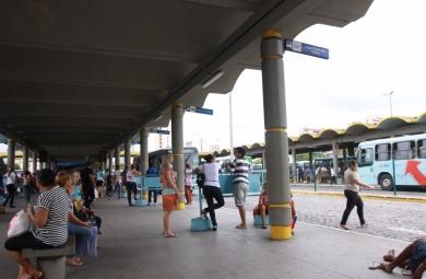 A Prefeitura de Fortaleza disponibiliza no sábado (13), aniversário de Fortaleza, a Tarifa Social. A passagem de ônibus e vans custará R$ 1,60 (inteira) e R$ 0,80 (meia).