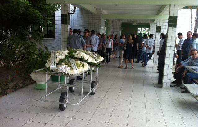O corpo do jovem cearense morto durante perseguição policial em Mossoró, no Rio Grande do Norte, foi enterrado na manhã desta segunda-feira (16), no cemitério Parque da Paz, em Fortaleza.