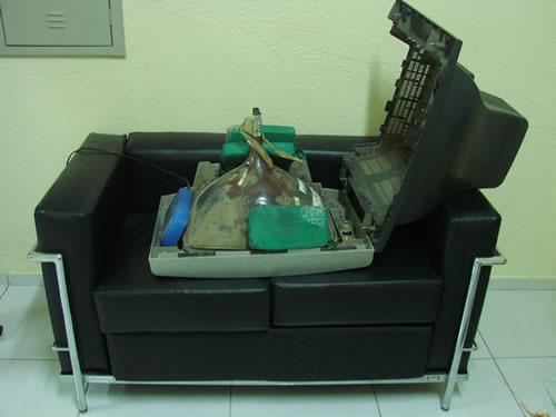 Dupla trazia cocaína dentro de uma TV (FOTO: Site Miséria)