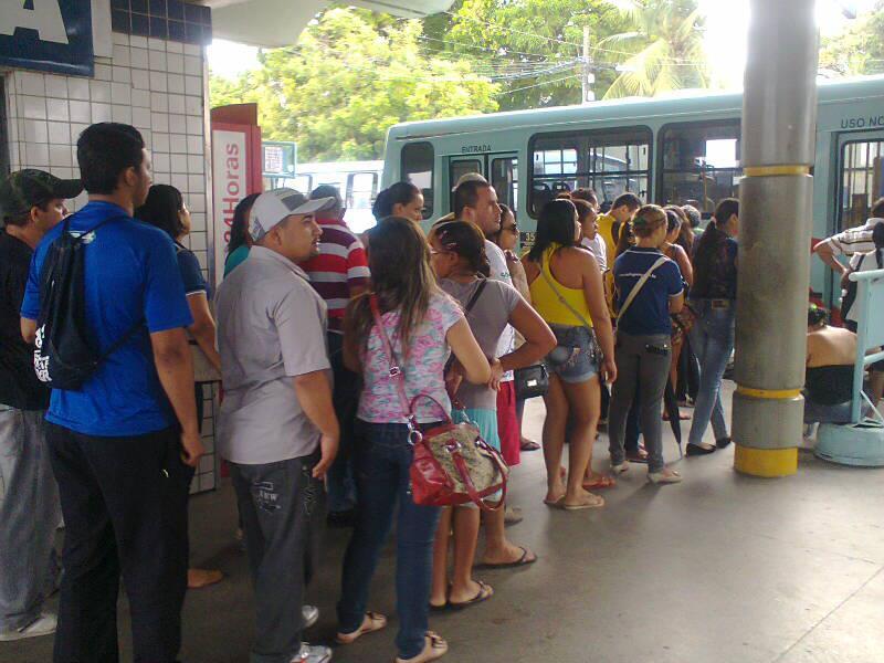 Motoristas e cobradores de ônibus fecharam o Terminal do Papicu na manhã desta segunda-feira (10), em Fortaleza.