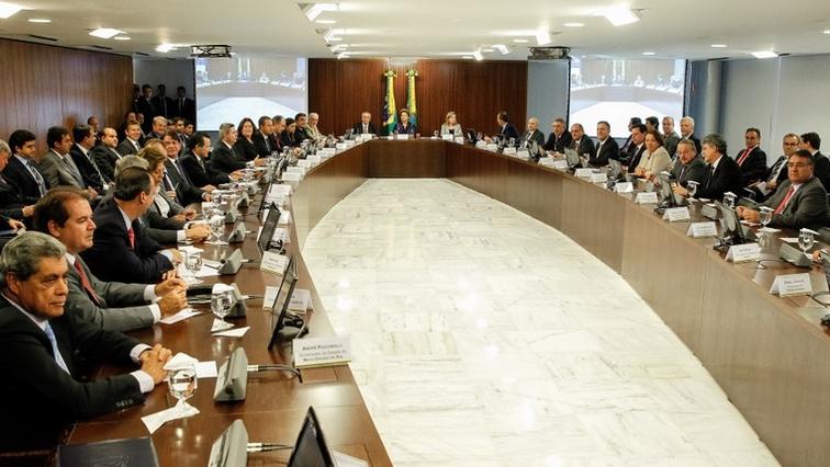 Em reunião com governadores e prefeitos de capitais brasileiras, a presidente Dilma Rousseff propôs pactos