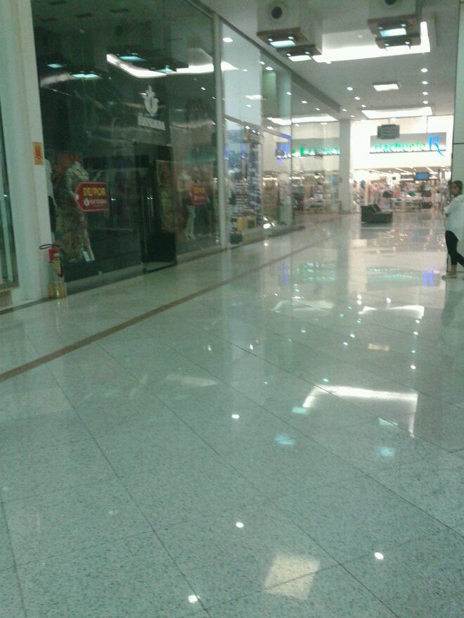 Um pequeno curto-circuito atingiu uma loja do shopping Via Sul na manhã desta quarta-feira (3), em Fortaleza.