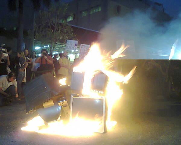Manifestação pede fim da 'desmonopolização da informação' (FOTO: Tribuna do Ceará))