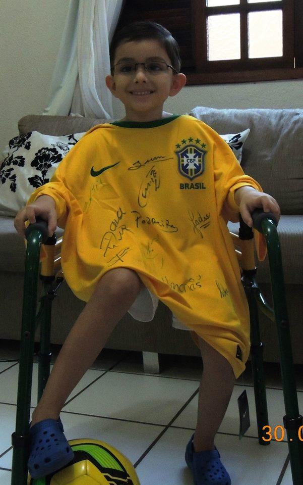 Após câncer, garoto de 7 anos pede ajuda para conseguir voltar a andar