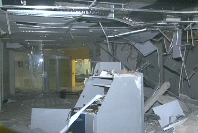 Uma parte do grupo se dirigiu ao prédio da companhia da polícia e efetuou vários disparos, enquanto a outra parte foi ao Banco do Brasil e explodiu os caixas eletrônicos (IMAGEM: Reprodução/TV Jangadeiro)