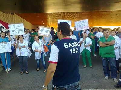 Servidores reivindicam melhores condições de trabalho na unidade de saúde e mais transparência na administração do município (FOTO: Marcos Dublê/TV Jangadeiro)