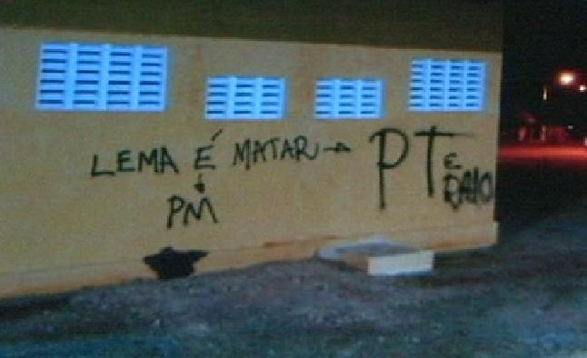Um jovem foi preso pichando a parede de um prédio público, na noite de domingo (4), no Conjunto Maria Tomásia, na Grande Messejana.