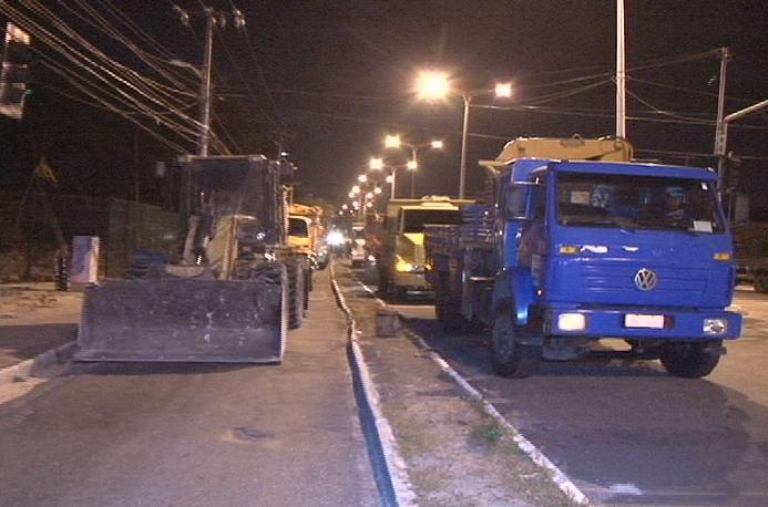Tratores e caminhões retiraram sujeira deixada no local (FOTO: Reprodução/TV Jangadeiro)