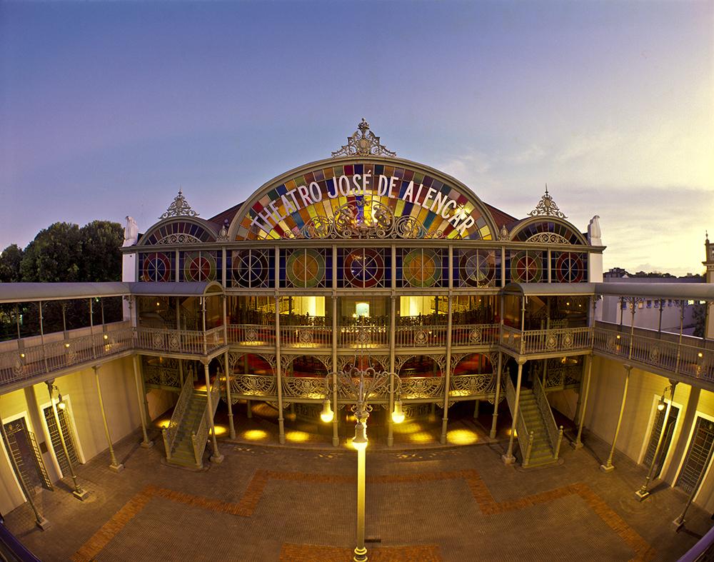 A praça do Teatro José de Alencar é um dos patrimônios restaurados