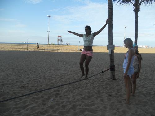 Slackline ganha força em Fortaleza, principalmente na Praia de Iracema