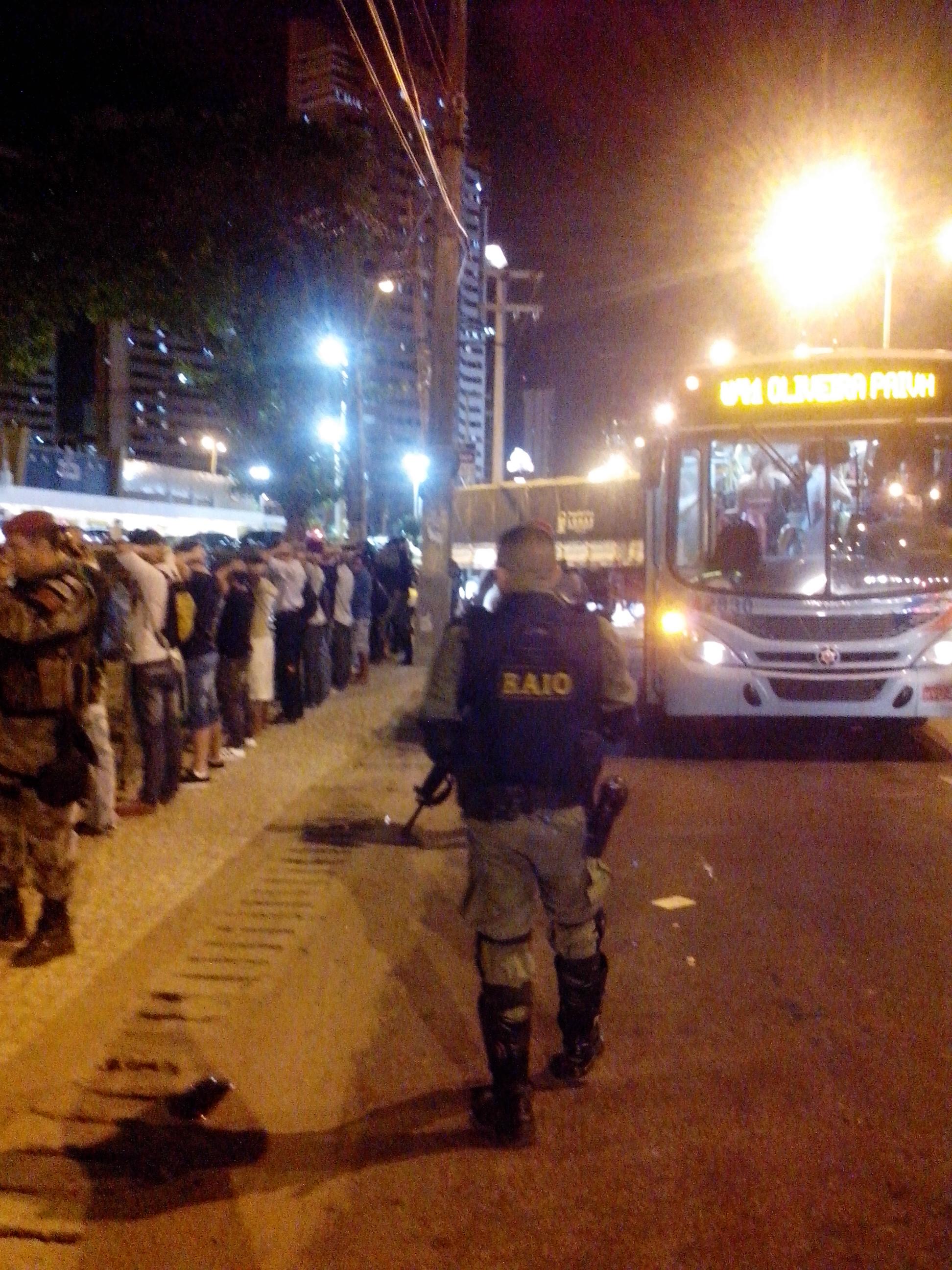 Polícia revista passageiros do ônibus