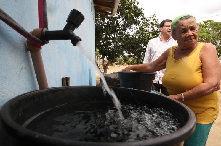 Cada pessoa receberá cerca de 20 litros de água potável por dia (FOTO: Flickr/Creative Commons/Elói Corrêa)