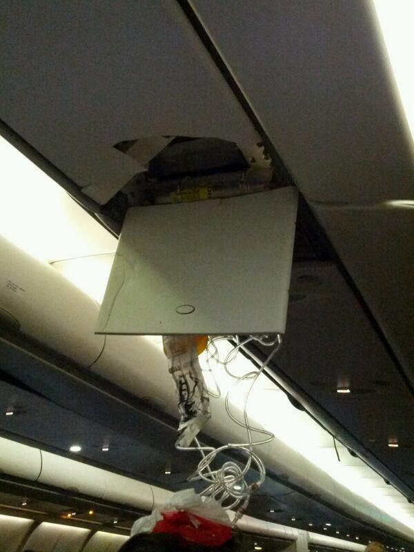 Passageiro registrou resultado da turbulência do avião (FOTO: Reprodução/Em foto divulgada no Twitter, passageira ferida é colocada em maca após um avião da TAM fazer um pouso de emergência (FOTO: Divulgação/@ricardopontes)