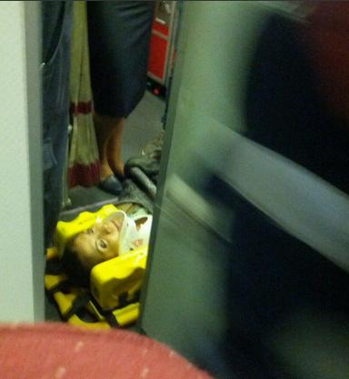 Em foto divulgada no Twitter, passageira ferida é colocada em maca após um avião da TAM fazer um pouso de emergência (FOTO: Divulgação/@ricardopontes)