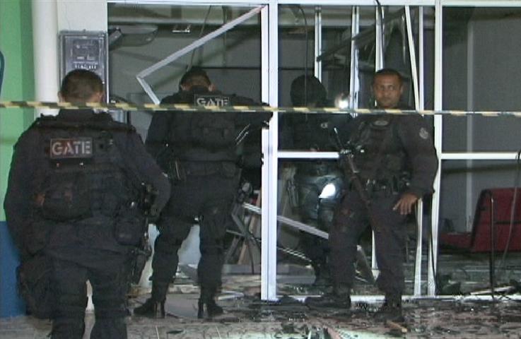Policiais investigam cidades próximas em busca do veículo utilizado durante ação. (FOTO: Reprodução TV Jangadeiro)