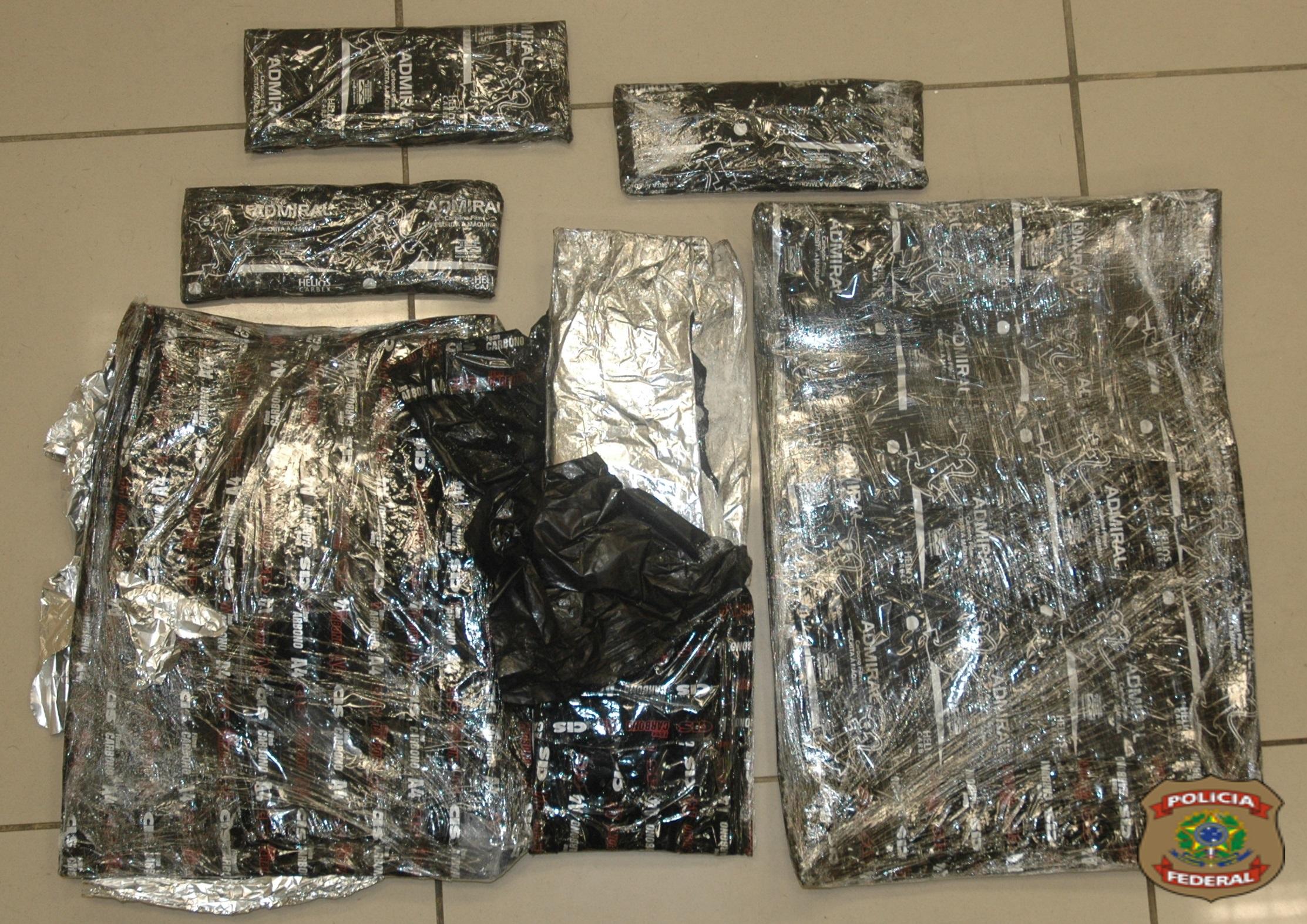 Cocaína é encontrada pela Polícia Federal nas malas de casal de estrangeiros (FOTO: Polícia Federal)