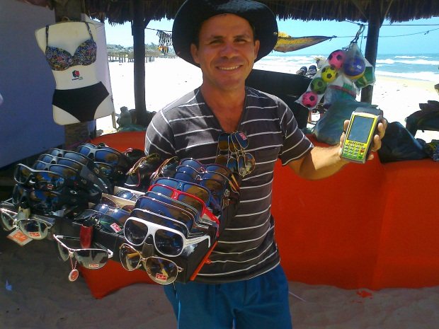 Ambulantes da Praia do Futuro trabalham com máquina de cartão