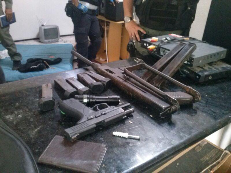 A polícia apreendeu mais de 20 tabletes de maconha prensada, balança, uma metralhadora, uma pistola .40 e diversos produtos eletroeletrônicos