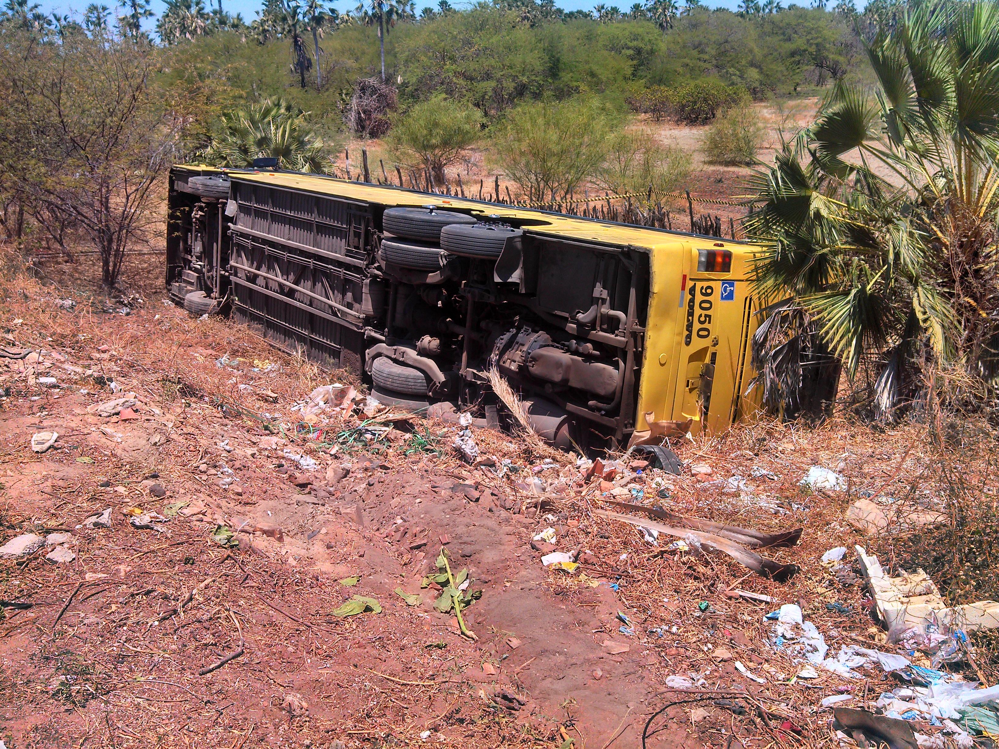 Ônibus caiu na ribanceira em Aracati