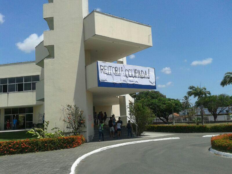 Um grupo de mais de 100 estudantes ocupa a reitoria da UECE, desde às 9h desta quinta-feira (10)