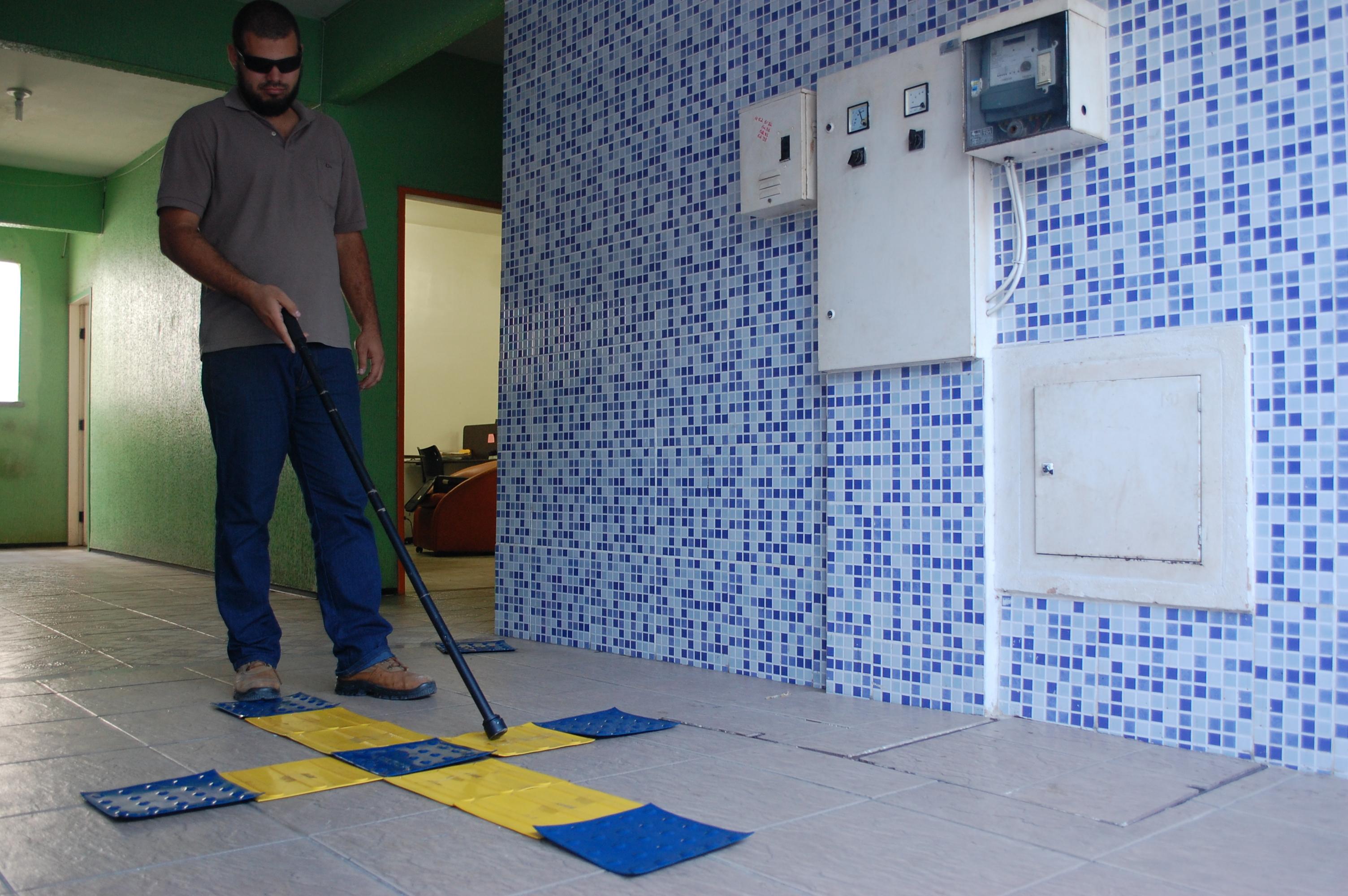 Cearenses criam bengala que ajuda deficientes visuais por meio de SMS (FOTO: Divulgação/ IFCE)