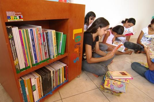 Cada comunidade beneficiada pelo programa receberá uma biblioteca com um acervo com cerca de 220 livros de literatura infantil e juvenil (Foto: Eduardo Aigner)