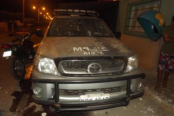 Acusados efetuaram vários disparos em direção à viatura Policial (Foto: Na Rota da Notícia)