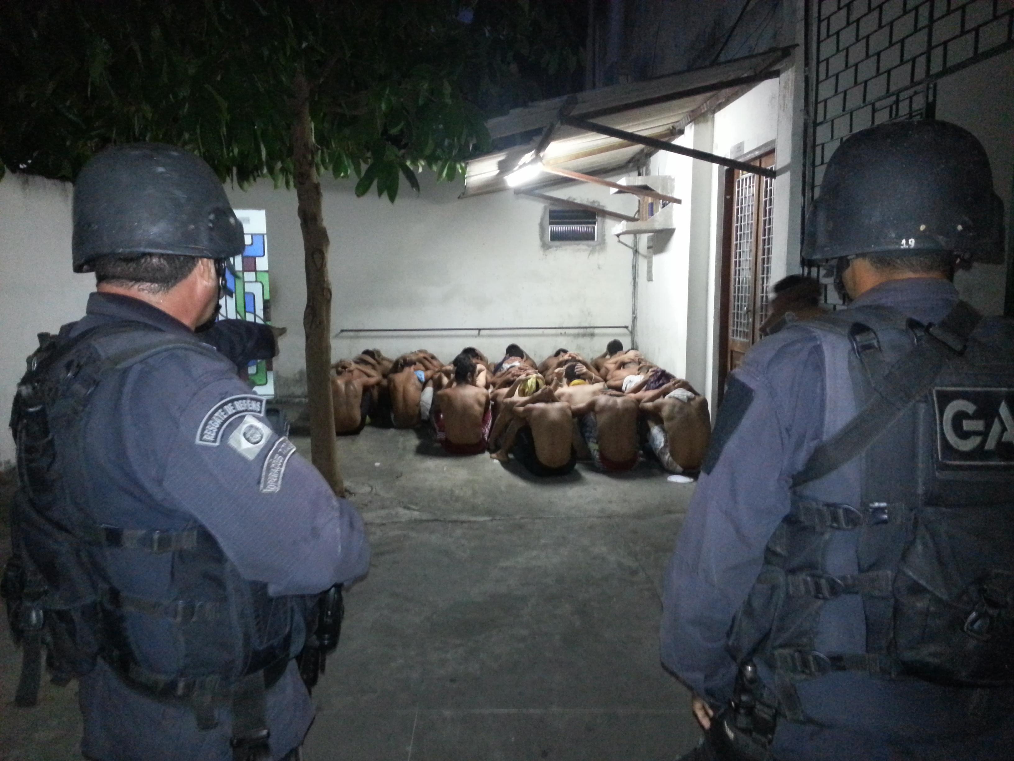 Os presos detidos na Delegacia de Capturas, no Centro de Fortaleza, fizeram uma rebelião na noite desta sexta-feira (25).