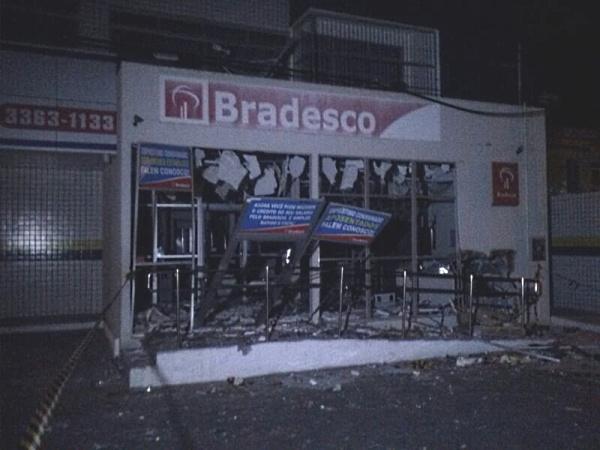 Grupo fortemente armado explode agência do Banco Bradesco em Paraipaba (Foto: Abraão Ramos)