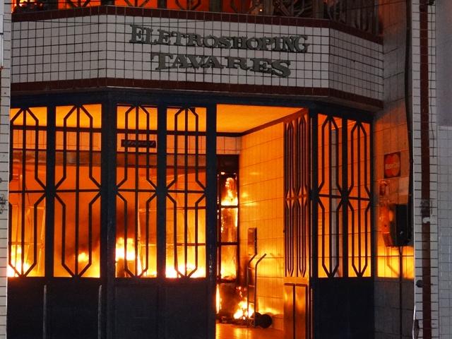 Incêndio destrói loja no Centro de Iguatu (FOTO: Luan Vieira)